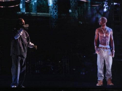 """Snoop Dog (à esquerda) ao lado de holograma de Tupac: tecnologia semelhante deve """"reviver"""" Renato Russo"""